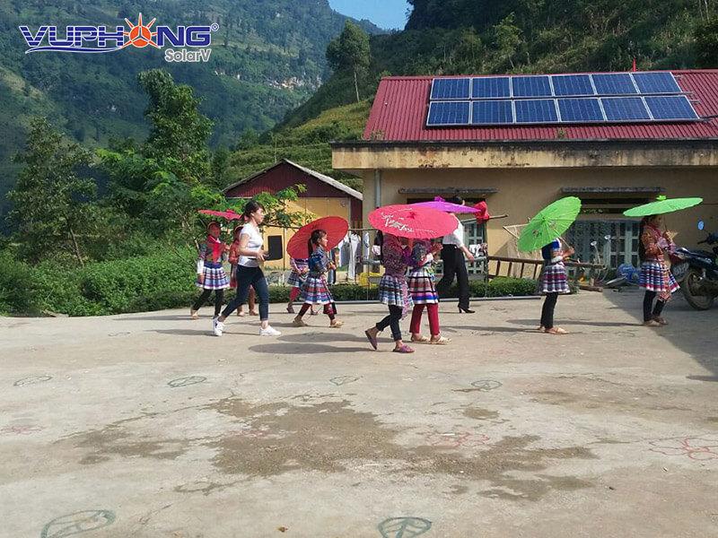 Trung thu 2017 là một đêm đáng nhớ với các em học sinh, thầy cô Trường Tiểu học Phân hiệu Nhiều Cù Ván (xã Tả Van Chư) và lãnh đạo huyện Bắc Hà, Lào Cai. Ngôi trường ở vùng cao dù đã xây dựng nhiều năm nhưng vẫn chưa có điện, thầy cô và hàng trăm học sinh, đặc biệt là các học sinh nội trú vẫn phải sinh hoạt trong điều kiện hết sức khó khăn.